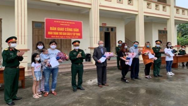Ninh Bình: Bàn giao công dân hoàn thành cách ly y tế tập trung