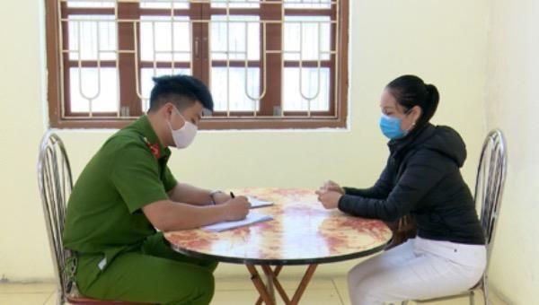 Công an TP Ninh Bình làm việc với chủ nhà hàng Hương Quán.