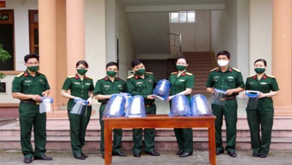 Tặng gần 200 mặt nạ chắn giọt bắn cho lực lượng phòng, chống dịch Covid-19 Ninh Bình