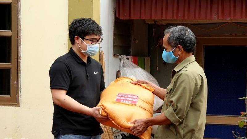 Hỗ trợ thực phẩm cho hơn 600 hộ dân xã Bình Nghĩa gặp khó khăn do dịch bệnh Covid-19