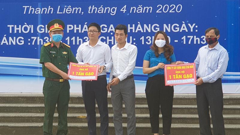 'Hạt gạo yêu thương' chia sẻ khó khăn với công nhân, người nghèo huyện Thanh Liêm