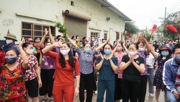 Hưng Yên: Người dân thôn Chí Trung đổ ra đường 'ăn mừng' ngày hết hạn cách ly