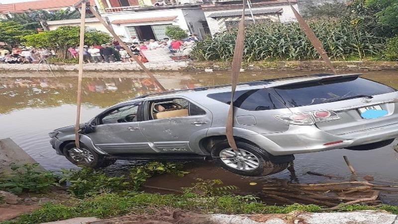 Nam Định: Ô tô mất lái lao xuống mương nước khiến hai người tử vong