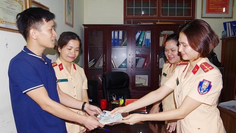Hà Nam: Cảnh sát giao thông trả lại tài sản cho người đánh rơi