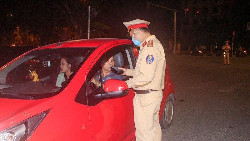 CSGT kiểm tra nồng độ cồn đối với lái xe.