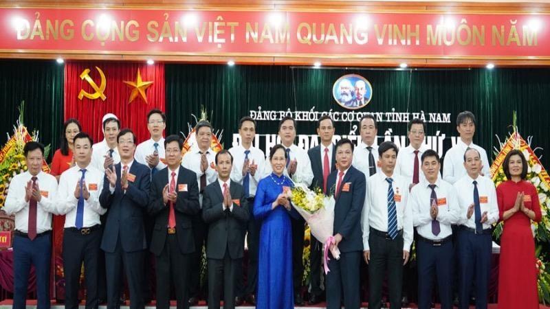 Bí Thư Tỉnh ủy Lê Thị Thủy (áo xanh đứng giữa) cùng Ban Chấp hành Đảng bộ Khối các cơ quan tỉnh lần thứ VI, nhiệm kỳ 2020- 2025.