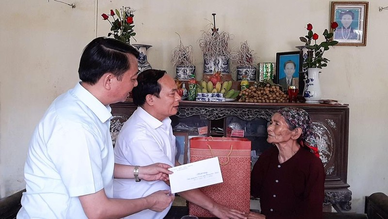 Đại diện lãnh đạo tỉnh Hà Nam thăm mẹ Việt Nam anh hùng tiêu biểu Nguyễn Thị Tâm.