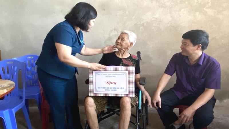 Thăm, tặng quà cho Mẹ Việt Nam Anh hùng tại huyện Nho Quan và thành phố Tam Điệp, tỉnh Ninh Bình