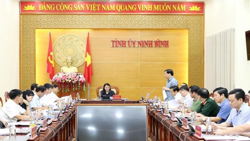 Bà Nguyễn Thị Thu Hà, UVT.Ư Đảng, Bí thư Tỉnh ủy, Trưởng đoàn ĐBQH tỉnh chủ trì hội nghị.