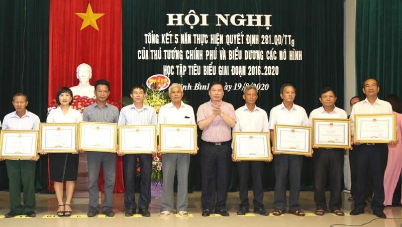 Các cá nhân và tập thể được tặng thưởng vì có thành tích xuất sắc trong trong thực hiện Quyết định 281 của Thủ tướng Chính phủ giai đoạn 2016-2020.