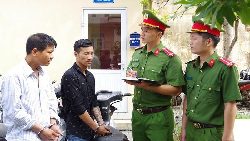 Lực lượng công an lấy lời khai của Hùng, Quỳnh.