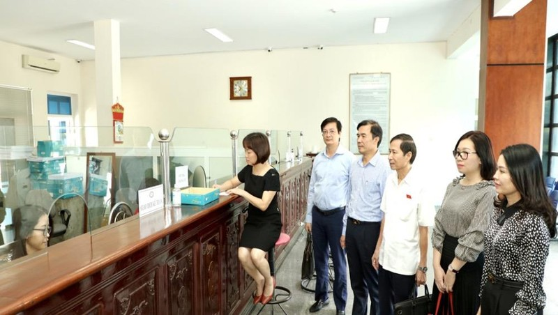Đoàn giám sát tại phòng giao dịch của NHNN tỉnh.