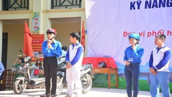 Tập huấn pháp luật về giao thông đường bộ và kỹ năng lái xe mô tô an toàn cho học sinh tại Trường THPT Yên Khánh A (Ninh Bình).