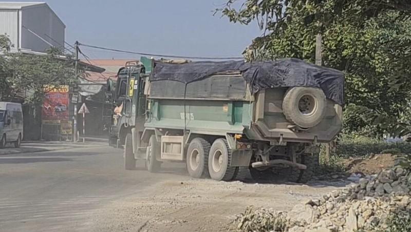 Ninh Bình: Những chiếc xe quá tải, không phủ bạt ngang nhiên hoạt động trên đường dân sinh