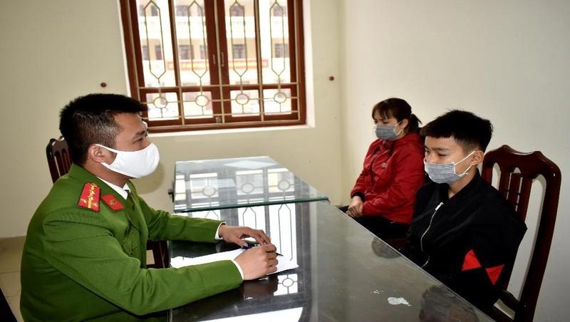 Công an huyện Yên Khánh điều tra, làm rõ Nguyễn Văn Thắng (áo đen) có hành vi phá két, trộm cắp tài sản.