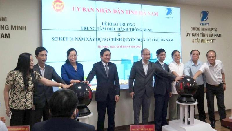 Các đại biểu ấn nút khai trương Trung tâm điều hành thông minh Hà Nam.