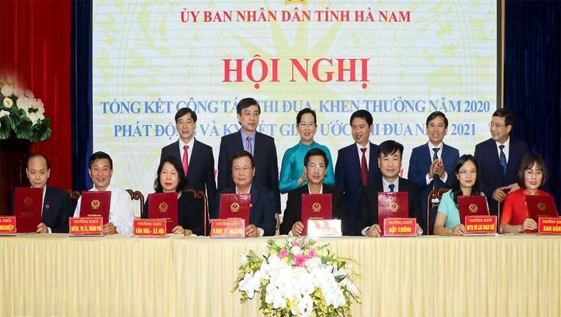 Đại diện các Khối thi đua ký kết giao ước thi đua năm 2021.