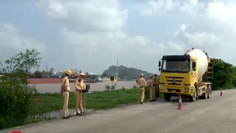 Lực lượng CSGT đo tải trọng xe