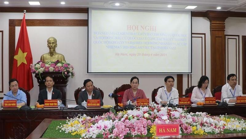 Biểu quyết thông qua danh sách sơ bộ người ứng cử đại biểu HĐND tỉnh Hà Nam nhiệm kỳ 2021-2026. Ảnh: hanam.gov.vn