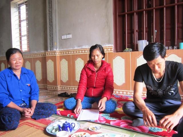 Gia đình chị Linh đang trao đổi với PV