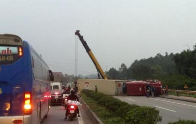 Xe Container lật ngửa ra đường vì tài xế buồn ngủ