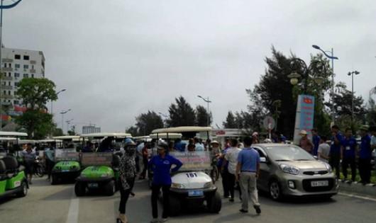 Xe điện ngừng hoạt động và dàn hàng ngang trên đường Hồ Xuân Hương để phản đối.