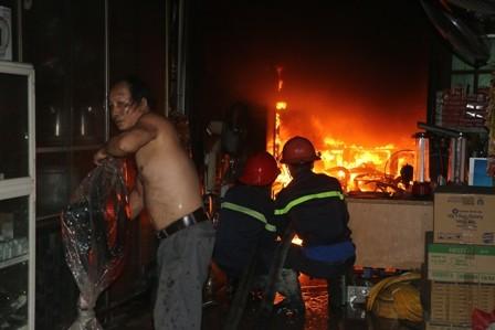 Cháy nhà trong đêm, hàng xóm đập cửa hô hoán chủ mới biết