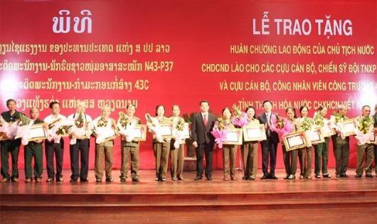 Trao tặng huân chương lao động của chủ tịch nước CHDCND Lào cho cán bộ, chiến sỹ TNXP Thanh Hóa