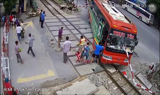 Phạt tiền tài xế mải nghe điện thoại để ô tô khách đâm barie đường sắt