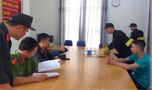 Lực lượng Cảnh sát Cơ động bàn giao đối tượng Đỗ Minh Hiếu (áo xanh, bên phải) cho Công an phường Đông Hương.