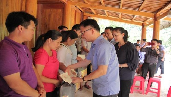 Bộ trưởng Lê Thành Long, thăm và tặng quà cho người dân vùng lũ Thanh Hoá