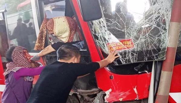 Xe khách đâm nát cabin trạm thu phí, 5 người bị thương