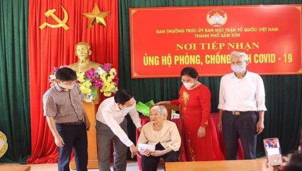 Cụ bà Thanh Hoá 107 tuổi ủng hộ tiền chống dịch COVID-19