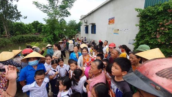 Phụ huynh học sinh tiểu học, phụ huynh xã Tế Tân và xã Trung Ý cũ lo con đi học xa, đường sá phức tạp.