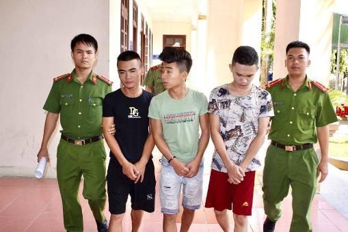 Nhóm đối tượng bị Công an Can Lộc bắt giữ.