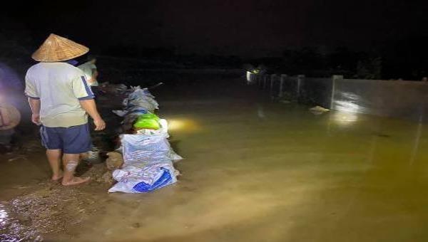 Hà Tĩnh: Huy động hàng trăm người xử lý sự cố nước tràn đê ngập nhà dân trong đêm