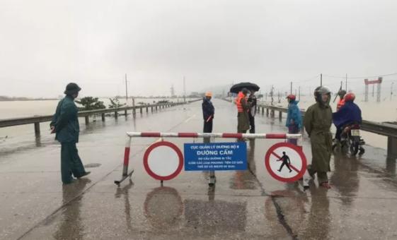 Ngập nặng, cấm đường đoạn QL1A qua xã Xuân Lam (Hà Tĩnh)