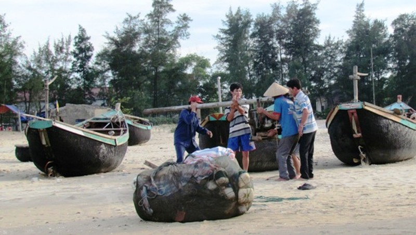 Từ 17h chiều 13/11, tỉnh Hà Tĩnh cấm tàu thuyền ra khơi.