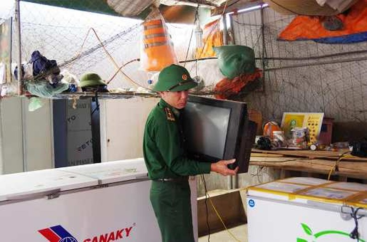 Bộ đội Biên phòng Hà Tĩnh di dời tài sản cho người dân ứng phó với bão Vamco.
