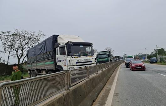 Chiếc xe chắn ngang QL1A gây ách tắc giao thông hơn 1 tiếng đồng hồ.