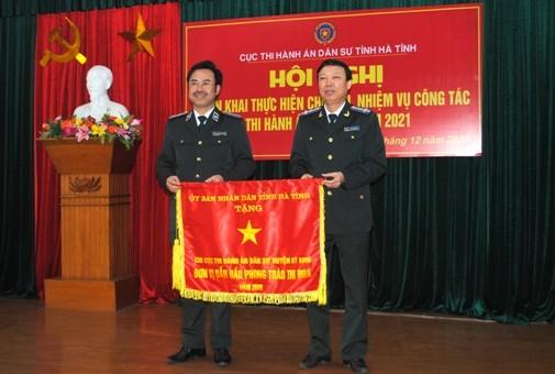 Chi cục THADS huyện Kỳ Anh được UBND tỉnh Hà Tĩnh tặng Cờ thi đua.