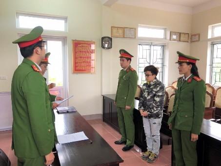 Cơ quan điều tra đọc lệnh khởi tố bị can và bắt tạm giam đối với Võ Minh Nhật. (Ảnh: Công an Hà Tĩnh)