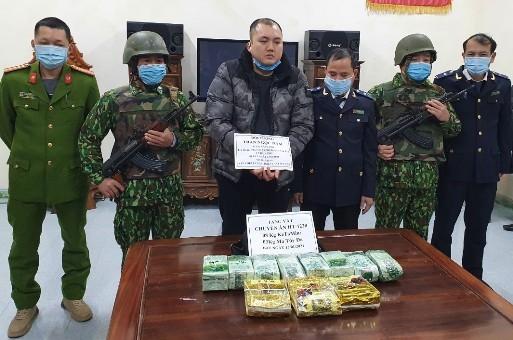 Lực lượng chức năng bắt giữ đối tượng Trần Ngọc Nam cùng tang vật.