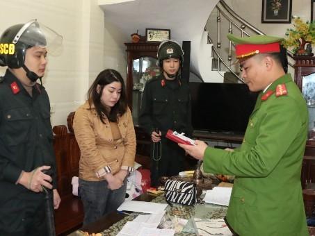 Cơ quan công an khám xét khẩn cấp nhà đối tượng Đặng Thị Vân Anh. (Ảnh: Công an Hà Tĩnh)