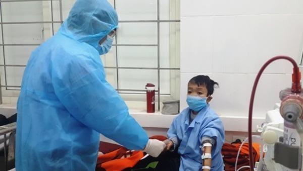 Báo Pháp luật Việt Nam cùng với các nhà hảo tâm trao quà tết cho bệnh nhân nghèo tại Hà Tĩnh