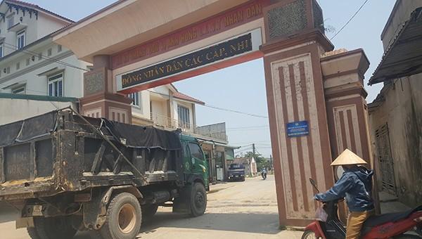 Dân khốn khổ vì bụi do xe tải trọng lớn thi công đường ven biển ở Hà Tĩnh