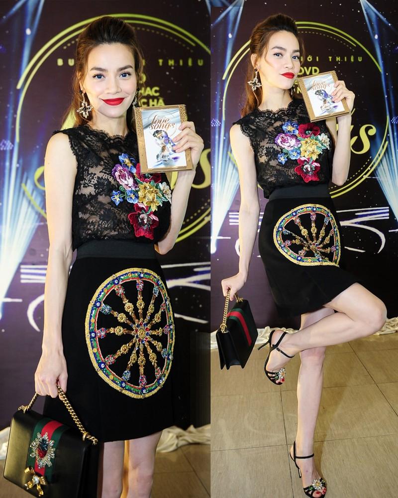 Trong buổi ra mắt sản phẩm âm nhạc mới, Hồ Ngọc Hà tiếp tục thể hiện gu thời trang sang trọng, vô cùng nổi bật với set trang phục hàng hiệu đơn giản nhưng rất sành điệu, nhấn nhá họa tiết độc đáo, ấn tượng.