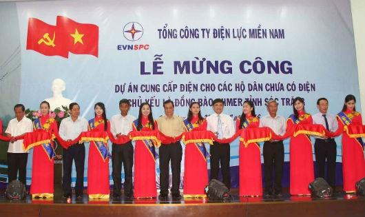 Đại biểu cắt băng mừng công dự án cung cấp điện cho các hộ dân chưa có điện, chủ yếu là đồng bào Khmer tỉnh Sóc Trăng