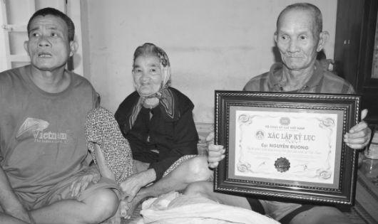 Vợ chồng cụ và anh con trai hơn 50 tuổi trong căn nhà nhỏ