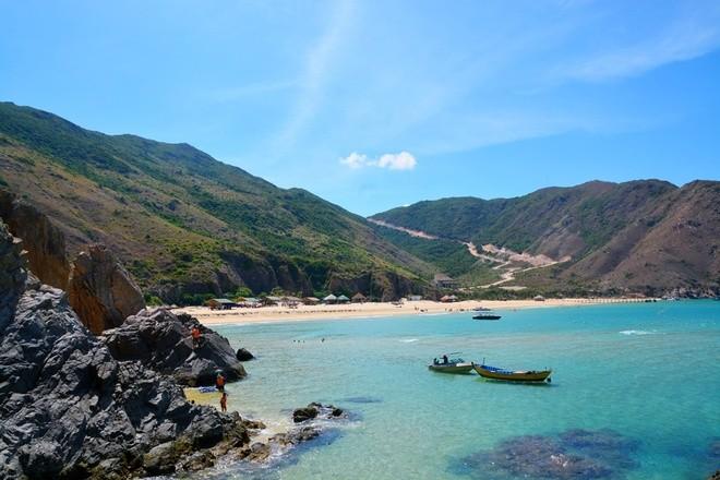 Nơi đây như được thiên nhiên ưu ái ban tặng khung cảnh hữu tình với dải cát cong cong như vầng trăng khuyết, cùng những mỏm đá nhấp nhô và màu nước biển xanh trong thấy cả đáy.